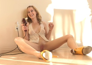 A red hot clumsy blonde works their way cookie with a vibrator