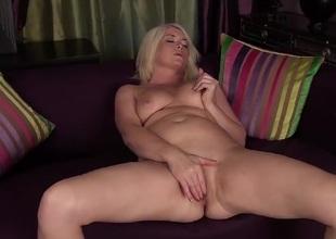 Big wazoo mature babe Amber Jewell masturbates