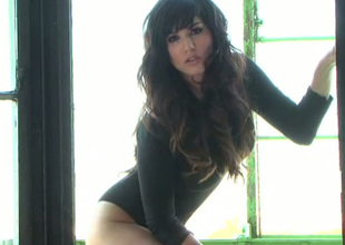 Jaw-dropping Indian sexpot Discernibly Leone looks great in black bodysuit