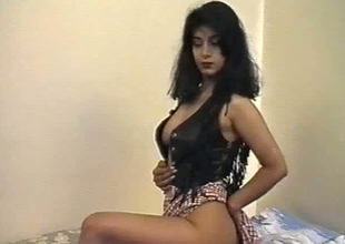 British Indian crumpet named Aishwarya exposes her boobs