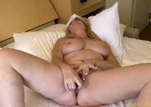 Curvy mom hottie fucks her untidy pussy with a toy