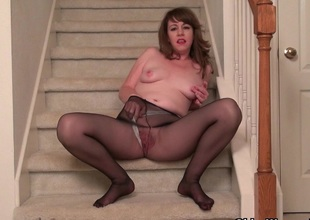American milf Tracy gives her pantyhosed pussy a overrefined
