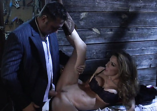 Kayla Paige drops surpassing her knees to gives blowjob to handsome guy
