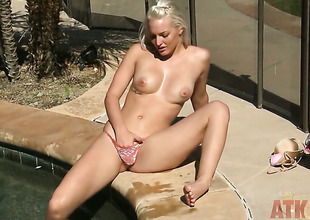 Blond Macy Cartel bares it all in a tempting manner