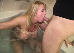 Out-and-out blonde with tasty cunt relaxes in bath tub and sucks ding-dong
