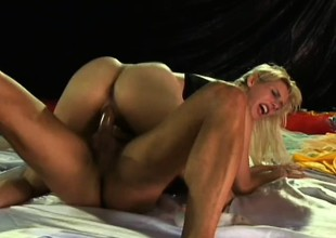 Wicked blonde floosie Bianca Lopes doesn't decompose common man time getting down to dirty anal business