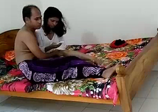 Amateur Indian pair is making out in a hotel