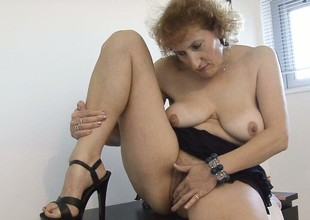 Stacked mature lady lies overhead the floor satisfying her desires with her skillful fingers