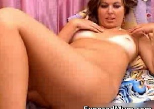 Hottie continues give play with her beaver