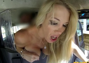 Fucking a bimbo slut in the far of his taxi