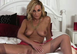 Lexi Swallow gives a closeup of her muff as she masturbates with sex-toy